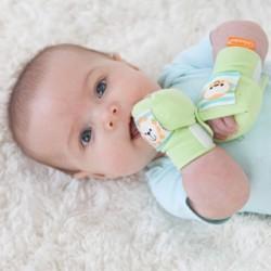 Có nên đeo bao tay, bao chân cho bé sơ sinh không?