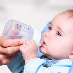 Tác hại 'ngã ngửa' trẻ dưới 6 tháng uống nước lọc ngày nóng